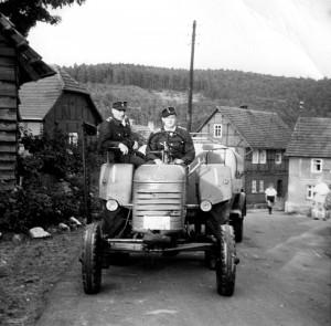 Georg Deist und Georg Rimbach bei der Rückkehr von einem Feuerwehrfest im Jahre 1966