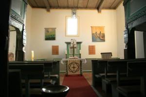Innenraum mit Altar und Kanzel